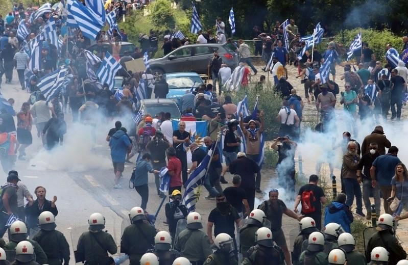 Συλλαλητήριο για τη Μακεδονία: Χημικά, λιποθυμίες και ξύλο! - Τουλάχιστον 46 τραυματίες από τα αιματηρά επεισόδια!