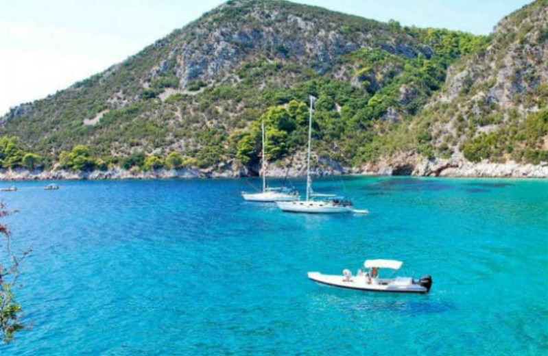 """Ο """"τζάμπας"""" ζει: Αυτά είναι τα ελληνικά νησιά που τρως, πίνεις και κοιμάσαι με 50€!"""