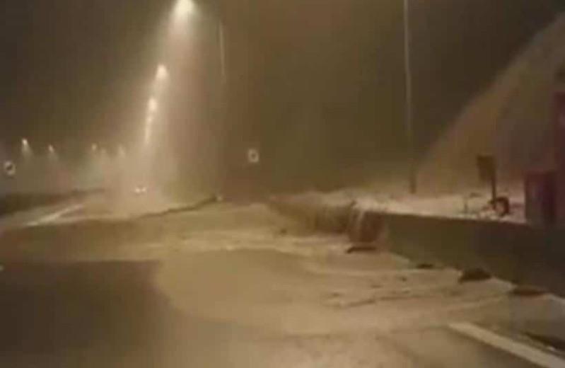 Σαρώνει η κακοκαιρία: Τόνοι νερού εγκλώβισαν οδηγούς στην Ιονία Οδό! (Video)