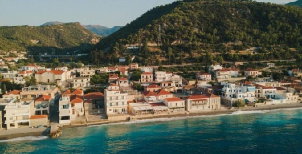 """Δερβένι: Το """"Μαϊάμι"""" της Πελοποννήσου – Το κάθε σπίτι έχει την δική του παραλία"""