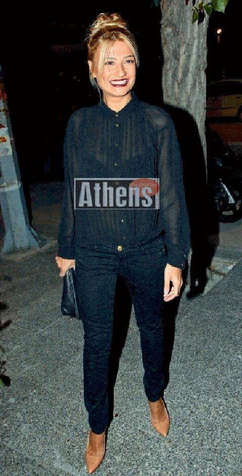 Η Φαίη επέλεξε ένα total black σύνολο με διάφανο πουκάμισο (70 ευρώ) και  στενό παντελόνι (80 ευρώ) και τα δύο BSB 36a3a1e9a32
