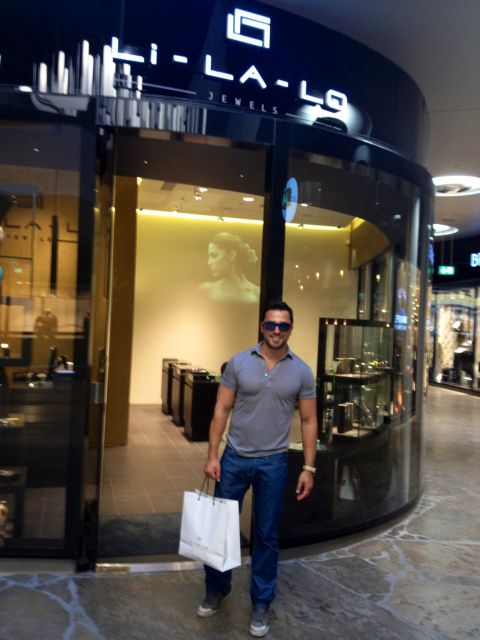 e3391178a0 Μετά την συνέντευξη ο Γιώργος έκανε βόλτα στο υπερσύγχρονο Hofstatt  shopping mall και επέλεξε από το κατάστημα της Li-LA-LO να αγοράσει για  δώρο ένα όμορφο ...