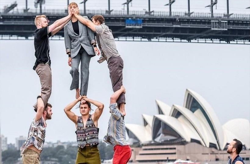 Η φωτογραφία της ημέρας: Ακροβάτες δείχνουν τις ικανότητές τους στον δρόμο με φόντο τη γέφυρα του Σίδνεϊ!