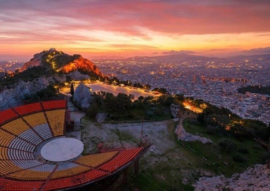 Όταν κοιτάς από ψηλά μοιάζει η Αθήνα ζωγραφιά