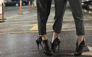 Τώρα και οι άντρες φοράνε τακούνια!!