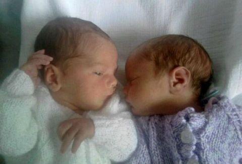 Δίδυμα γεννήθηκαν σε 2 διαφορετικές χώρες!(PHOTOS)