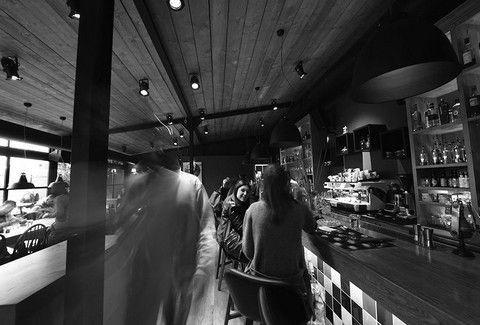 Theory Bar & More: Το hot spot που αναπτύσσει τη... δική του θεωρία στο Χαλάνδρι!