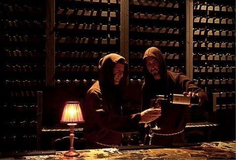 El Convento Del Arte: Τι δουλειά έχουν μανουάλια, πολυελαίοι και μοναχοί του μεσαίωνα στο Μεταξουργείο;;;