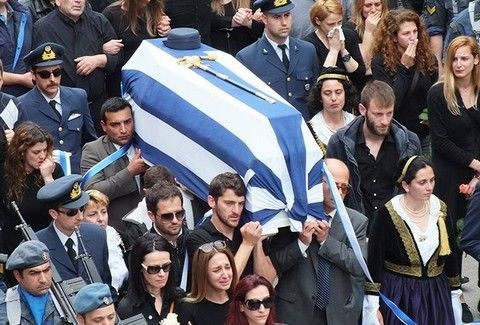 ΡΑΓΙΣΑΝ ΚΑΡΔΙΕΣ στην κηδεία της Άννας Πολλάτου! Θρήνος και σπαραγμός στο ΤΕΛΕΥΤΑΙΟ ΑΝΤΙΟ - Δάκρυσε όλη η Ελλάδα