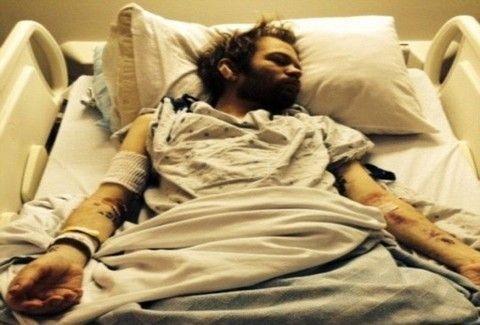 ΣΟΚΑΡΙΣΤΙΚΕΣ εικόνες! ΓΝΩΣΤΟΣ τραγουδιστής βγήκε από το νοσοκομείο ΥΠΟΒΑΣΤΑΖΟΜΕΝΟΣ! - ΚΙΝΔΥΝΕΥΕΙ να ΠΕΘΑΝΕΙ από το αλκοόλ... (PHOTOS)