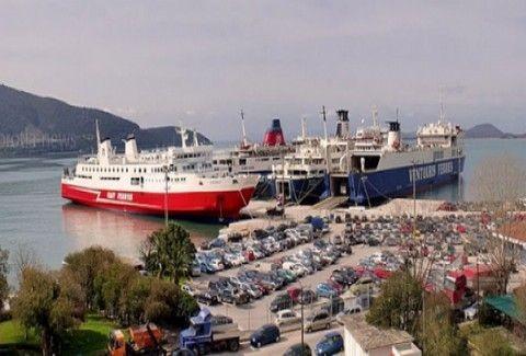 Ηγουμενίτσα : ΤΟΥΜΠΑΡΕ νταλίκα σε γκαράζ πλοίου λόγω των ισχυρών ανέμων. (PHOTOS)