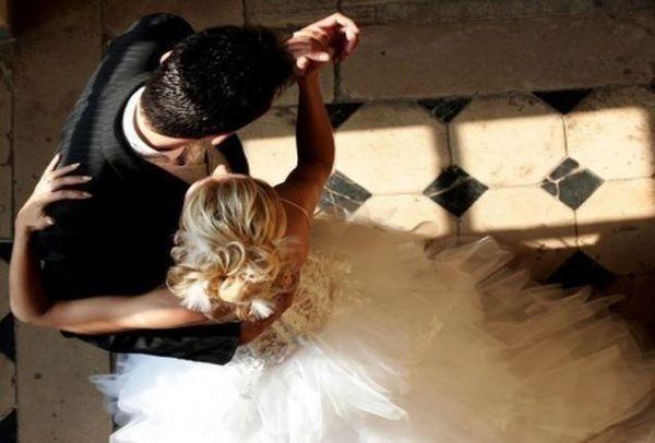 Απίστευτο σκηνικό στην Ηλεία! Απρόσκλητοι επισκέπτες σε γάμο... Σταμάτησαν να χορεύουν γαμπρός και νύφη!
