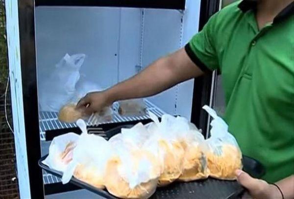 Χίλια μπράβο: Το εστιατόριο που έβγαλε ψυγείο στο δρόμο και χαρίζει σε όσους έχουν ανάγκη το φαγητό που μένει κάθε μέρα! (PHOTOS)