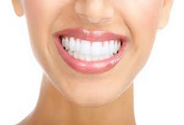 Για πραγματικά υπέροχο χαμόγελο: Έβαλε αυτά τα 2 υλικά στα δόντια και έγιναν κατάλευκα! (VIDEO)