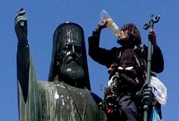 Γαϊδούρι: Αλλοδαπό τα έπινε πάνω στο άγαλμα του Αρχιεπίσκοπου Δαμασκηνού στη Κόρινθο! (PHOTOS)