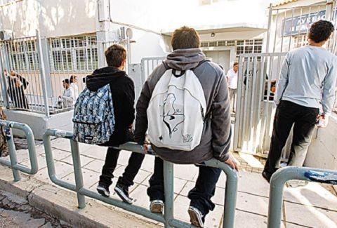 Γονείς προσοχή: Δείτε τι κάνει κάθαρμα σε παιδιά έξω από σχολεία!