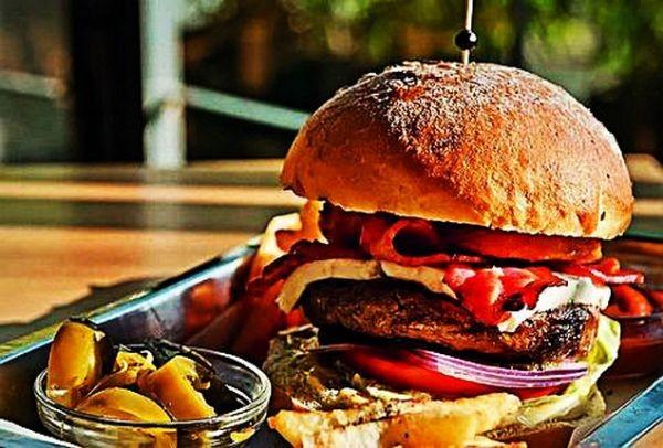 Το νόστιμο μυστικό που λίγοι γνωρίζουν: Μια βόλτα μέχρι τα βόρεια προάστια για το καλύτερο burger της πόλης!