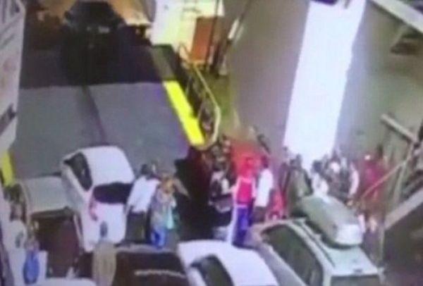 Βίντεο σοκ: Οδηγός βιάστηκε να κατέβει από το πλοίο και κατέληξε στη θάλασσα!