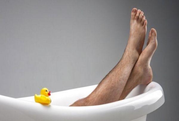 Aπό metrosexual έγιναν spornosexual  Γιατί το 50% των ανδρών ξυρίζει τα  πόδια του  9a18bf95dab