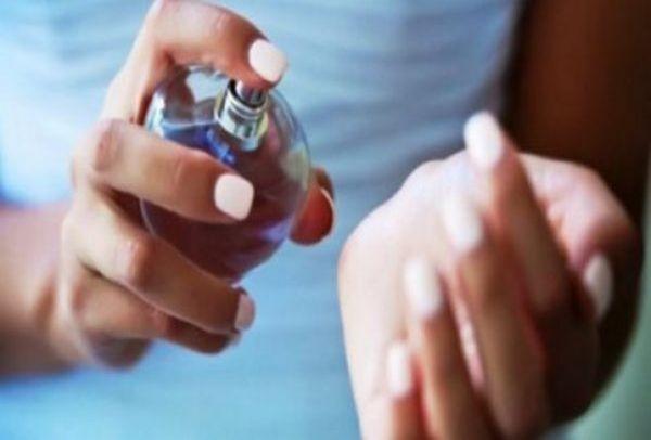 Ψεκάστε το άρωμά σας το πρωί και θα μυρίζετε μέχρι το βράδυ, με αυτό το κόλπο