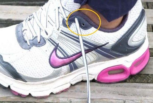 336d793e20c Γιατί υπάρχει μια επιπλέον τρύπα στα αθλητικά παπούτσια; (Video ...
