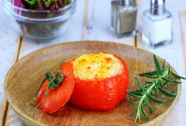 Παίρνει μια ντομάτα, την γεμίζει με αυγά και τυρί και την τοποθετεί στο φούρνο! Με το τελικό αποτέλεσμα θα ξετρελαθείτε!