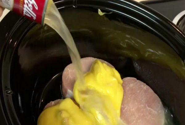 Βάζει τις μπριζόλες σε χαμηλή φωτιά κι από πάνω ρίχνει μόνο δύο υλικά. Το αποτέλεσμα; Οι καλύτερες μπριζόλες που φάγατε ποτέ!