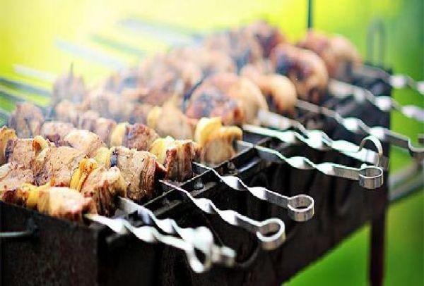 Τσικνοσάββατο: Σε ποια γειτονιά της Αθήνας γιορτάζουν την Τσικνοπέμπτη σήμερα με δωρεάν κρέας; Το Athensmagazine.gr σας προτείνει