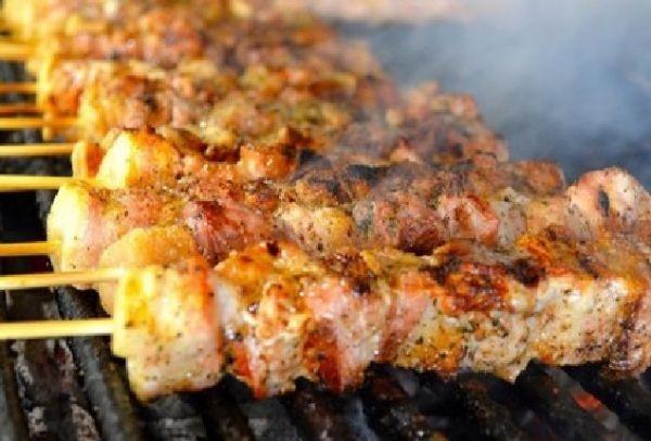 Τσικνοπέμπτη με δωρεάν κρέας! Σε ποιο μέρος της Αθήνας θα φάτε χωρίς να ξοδέψετε Ευρώ;