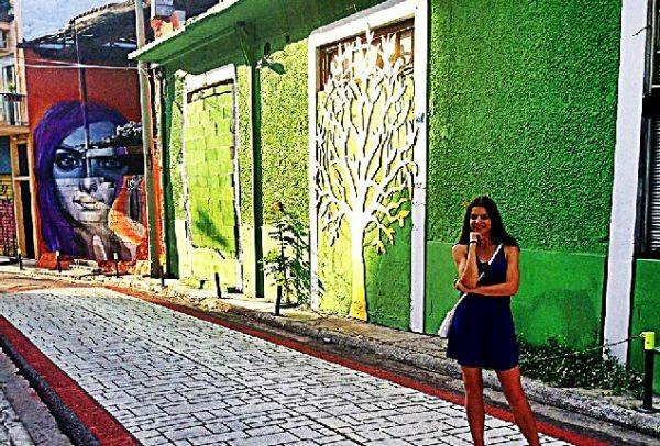 Σε ένα μαγικό στενό της Αθήνας, όπου κάθε τοίχος έχει ένα διαφορετικό χρώμα και ιστορία, υπάρχει ο πιο ιδιαίτερος χώρος της πόλης