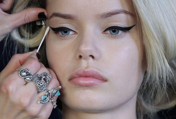 Για την τέλεια γραμμή eyeliner χρειάζεσαι μόνο ένα προϊόν που έχεις στο ντουλάπι σου