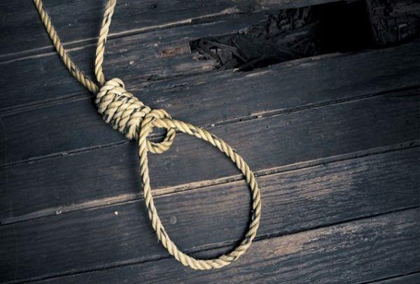 Τραγωδία στη Κρήτη: Νεαρός απαγχονίστηκε στη σκάλα του σπιτιού του - Τον βρήκε νεκρό η μητέρα του!