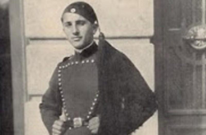 27 Απριλίου 1941: Ο Εύζωνας Κουκίδης που τυλίχτηκε με την ελληνική σημαία κι αυτοκτόνησε από την Ακρόπολη για να μη την παραδώσει στους Γερμανούς