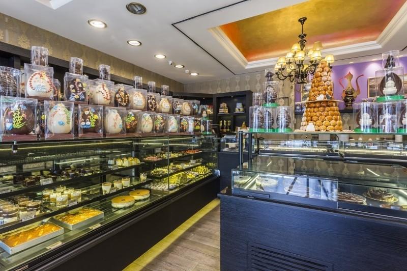 Εδώ θα φας προφιτερόλ και σιροπιαστά γλυκά που είναι από πολίτικες συνταγές γιαγιάς που μεγάλωσε στην Κωνσταντινούπολη