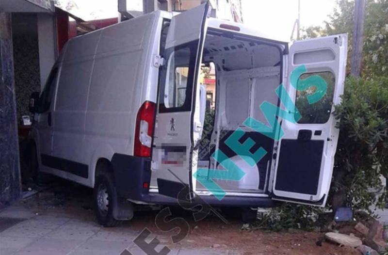 Σοκαριστικό: Βανάκι καρφώθηκε σε κομμωτήριο στη Θεσσαλονίκη! (Photos)