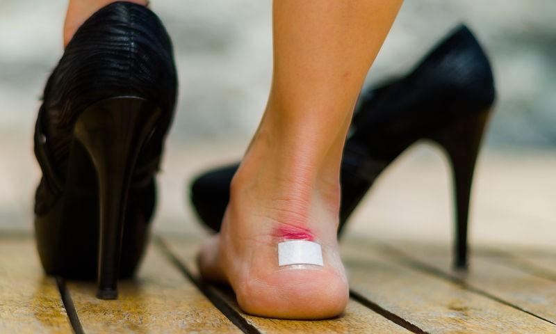 Το κόλπο με το χαρτόνι για να μη σας «χτυπάνε» τα παπούτσια!