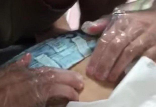 Ζήτησε από ένα φίλο του να δει τι είναι αυτό που τον πονάει στην πλάτη. Μόλις το πάτησε... (video)