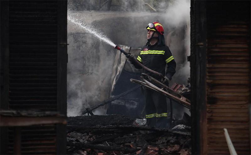Ένας νεκρός και δύο αγνοούμενοι από την πυρκαγιά στους Αγίους Θεοδώρους! Κάηκαν σπίτια (photos+videos)