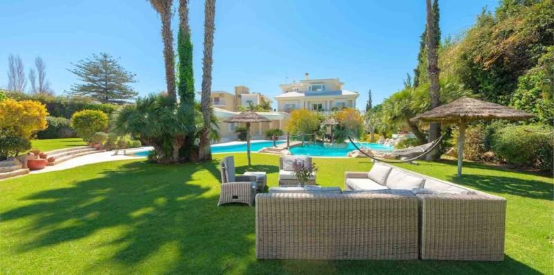 Αυτά είναι τα πανέμορφα σπίτια που αγοράζουν οι ξένοι στην Ελλάδα. Δείτε τιμές και φωτογραφίες