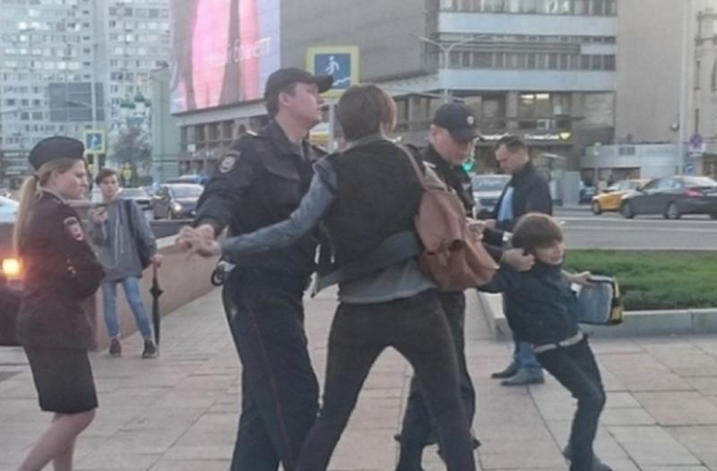 Απίστευτο: Συνελήφθη 10χρονο αγόρι γιατί.... διάβαζε ποιήματα στον δρόμο!