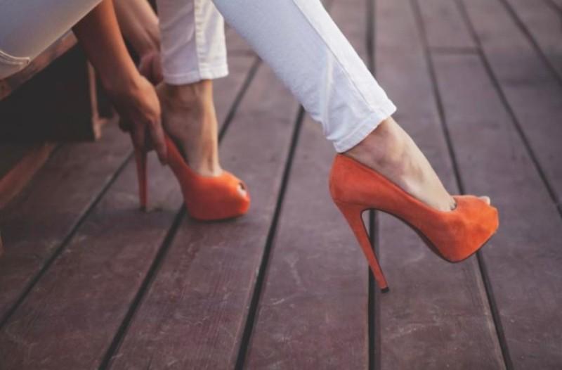 Απαραίτητες συμβουλές για κάθε γυναίκα: Τι ρούχα να συνδυάσεις με κάθε χρώμα παπουτσιού! (photos)