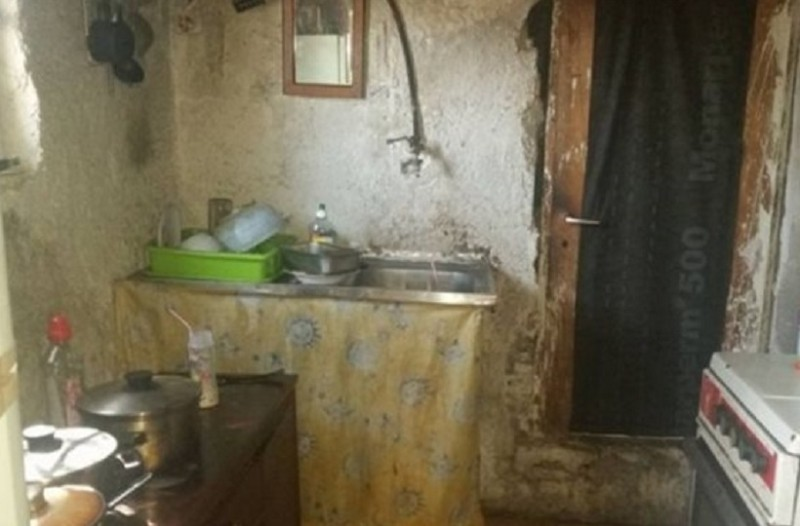 403f52665e8 Μυτιλήνη: Μητέρα με δύο μωρά μένει σε παράγκα χωρίς ρεύμα! Σοκαριστικές  εικόνες που κάνουν