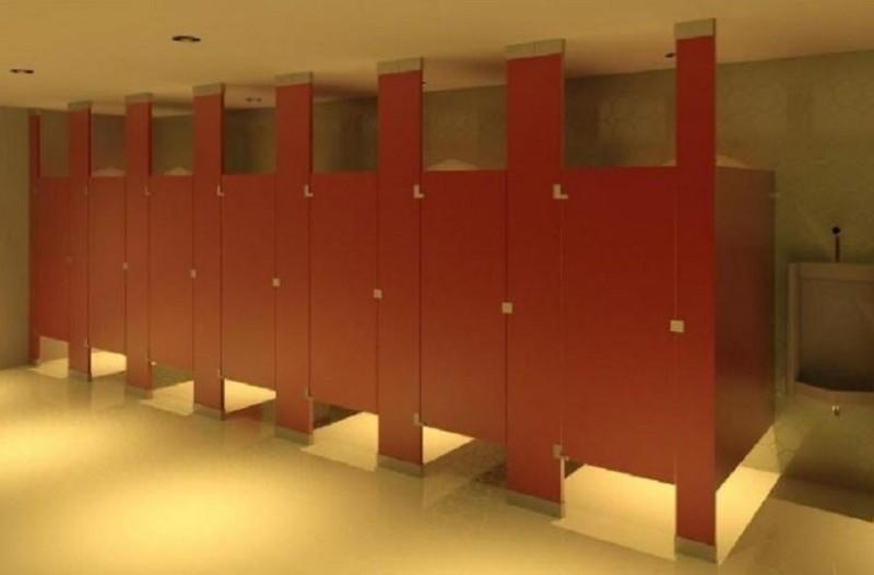 Εσείς γνωρίζετε γιατί οι πόρτες στις δημόσιες τουαλέτες είναι πιο κοντές - Δείτε γιατί (Photo)