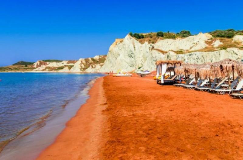 Η πορτοκαλί παραλία της Ελλάδας που είναι λες και βρίσκεσαι στον... Άρη! Μιλάμε για «Εξωγήινη ομορφιά»