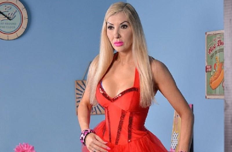 Τι άλλο θα δούμε: 46χρονη γυναίκα ξόδεψε 20.000 λίρες για να μοιάσει στη... Barbie! (Photo)