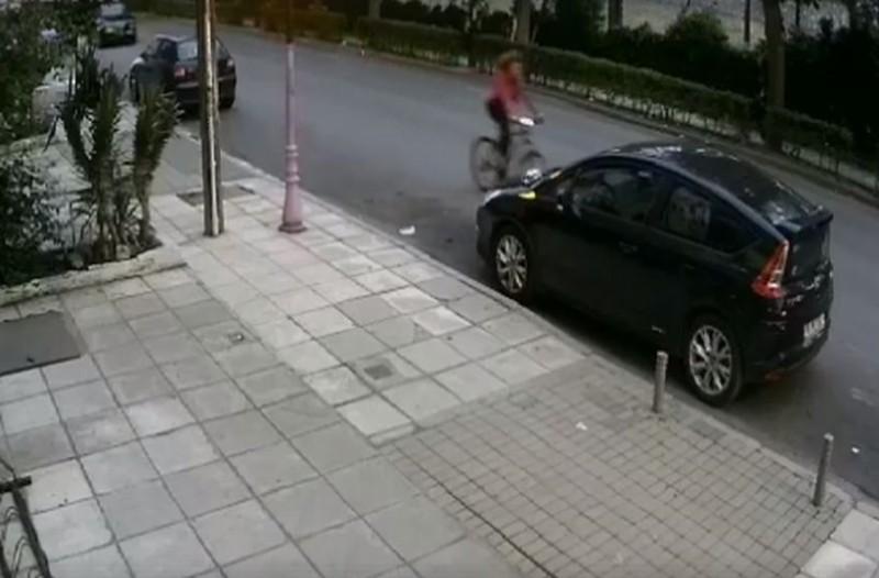 Θεσσαλονίκη: Ασυνείδητος οδηγός παρέσυρε κοριτσάκι που έκανε ποδήλατο! Καρέ - καρέ η στιγμή του ατυχήματος