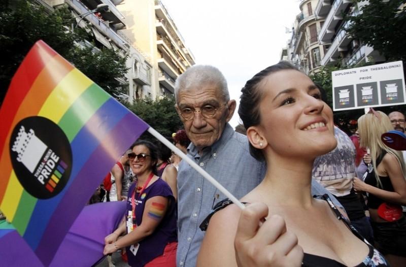 Χαμός στο Pride Parade στη Θεσσαλονίκη - Άγρια συμπλοκή των ΜΑΤ με μέλη του Ιερού Λόχου (Photo & Video)