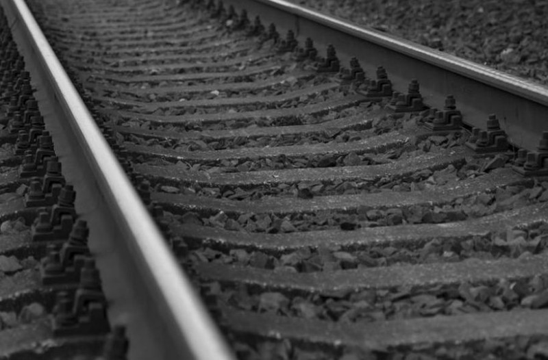 Αδιανόητο έγκλημα: Έδεσε την σύζυγό του στις ράγες του τρένου που έτρεχε με 320 χλμ την ώρα!