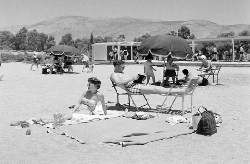 Καλοκαίρι στην... εξωτική Αττική: Οι ασφυκτικά γεμάτες παραλίες της Αθήνας από το '50 μέχρι σήμερα (Photos)