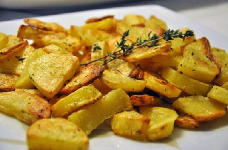 Αυτό είναι το μυστικό των σεφ για τις πιο νόστιμες πατάτες φούρνου!